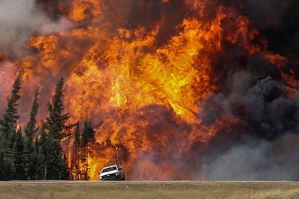 Canada wildfire: Oil workers urged to leave Fort McMurray camps