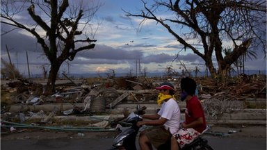 Typhoon Haiyan: Philippines defends aid response