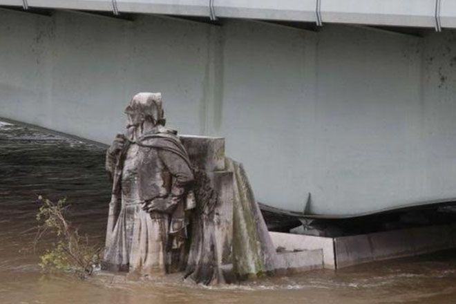 France floods: Louvre to close as Seine rises further