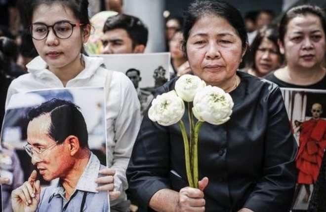 Thai king death: Thousands throng streets for procession