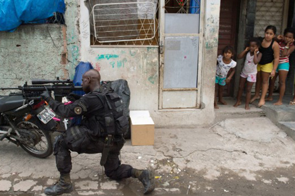 Brazilian army occupies Rio shantytown ahead of World Cup