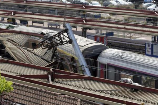 2 dead in French train derailment, mayor says
