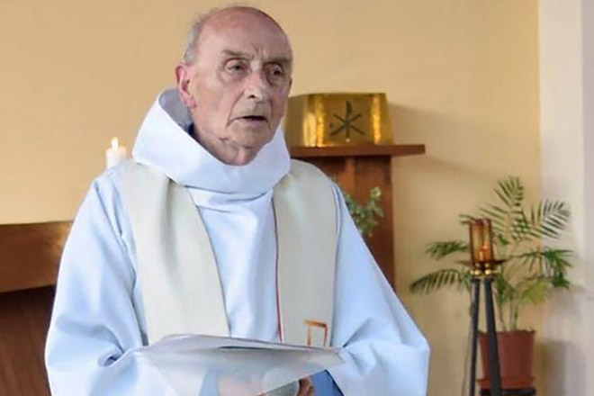 France church attack: Priest killed by two 'IS soldiers'