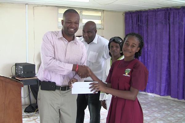 Konris Presents Scholarships to Students
