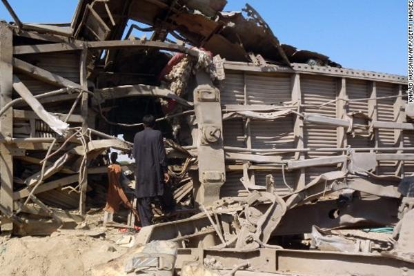 Blasts kill at least 7 passengers on Pakistan train