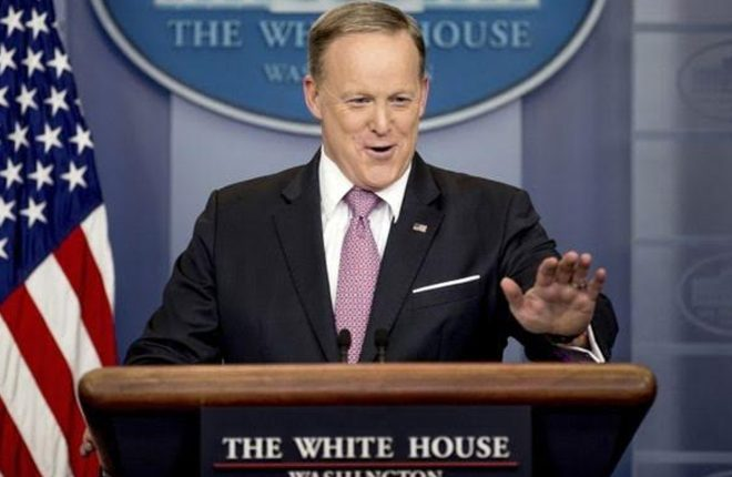 Sean Spicer, Trump press secretary, confronted in Apple store