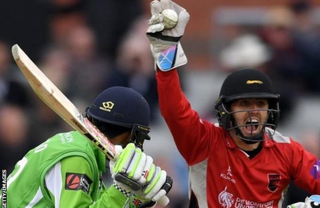 Lewis Hill: Leicestershire wicketkeeper signs deal until 2020