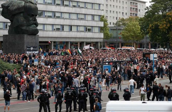 German far-right street mob alarms police in Chemnitz
